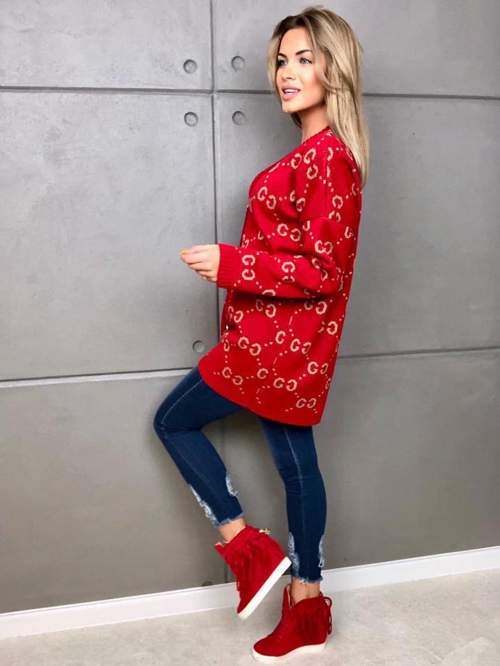 czerwony damski sweter zapinany na zlote guziczki w bardzo modne wzory gg (1)