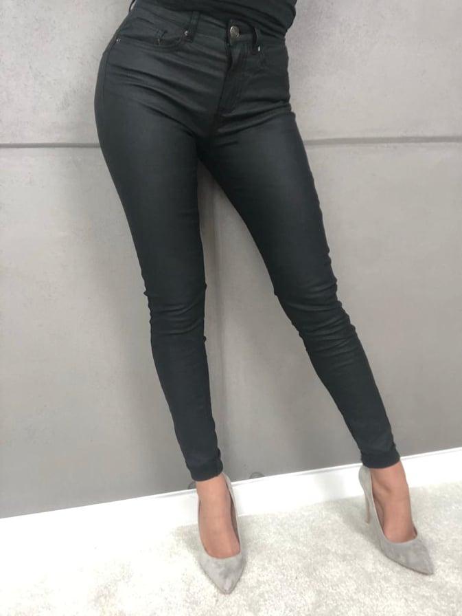 spodnie woskowane w kolorze czarnego matu