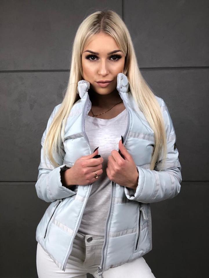blekitna kurtka damska z zamkiem z ozdobnymi tasmami
