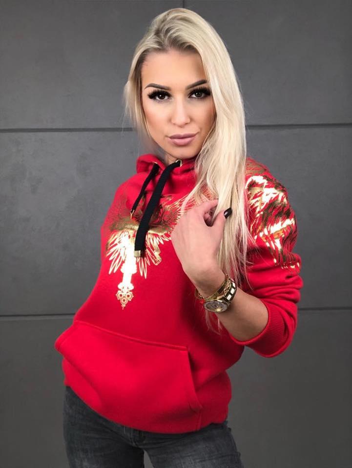 czerwona-bluza-damsk-z-kapturem-wkladana-przez-glowe-ze-zlotymi-ozdobnymi-nadrukami