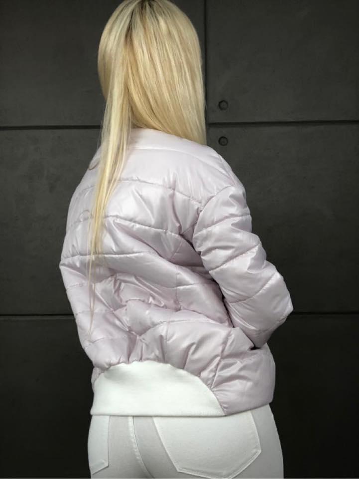 jasno rozowa kurtka damska z kolnierzykiem, ze sciagaczem z tylu