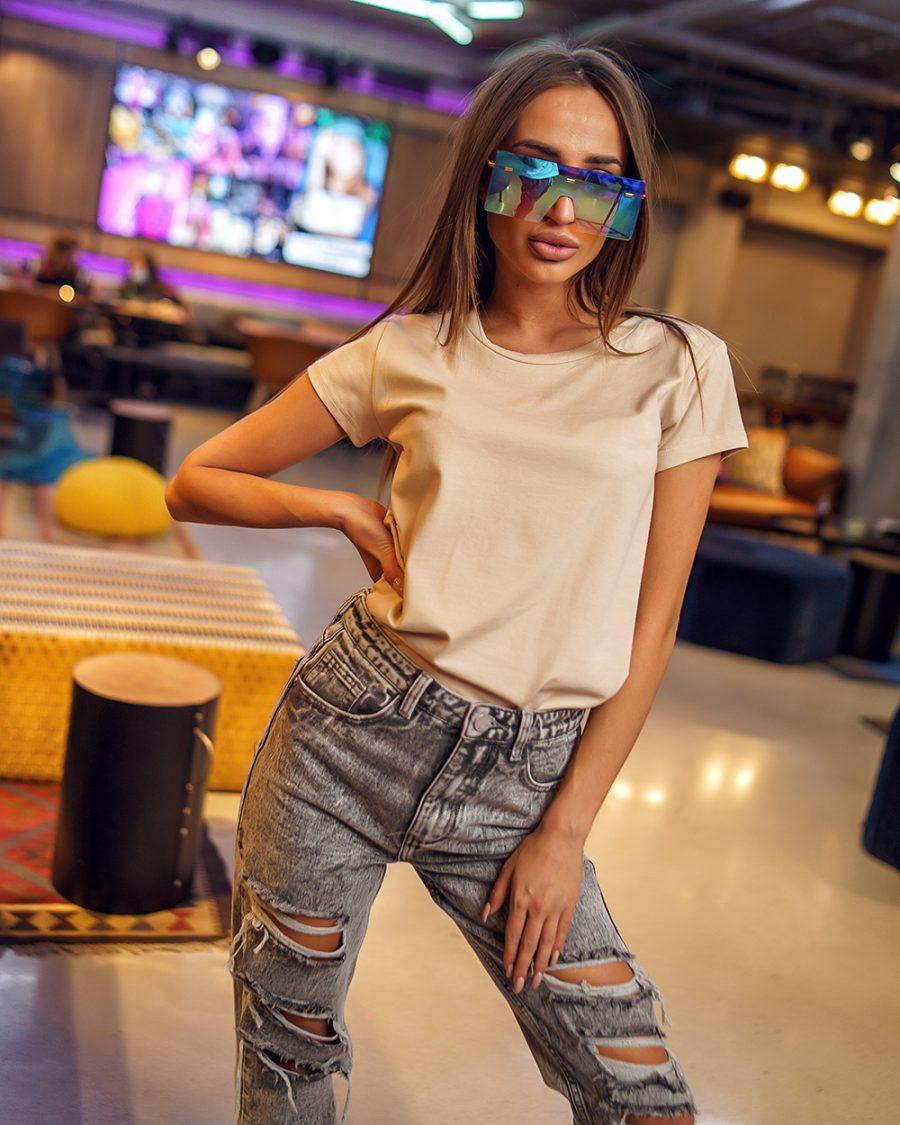 bezowy t-shirt damski gladki bez nadrukow dekolt w lodeczke (1)