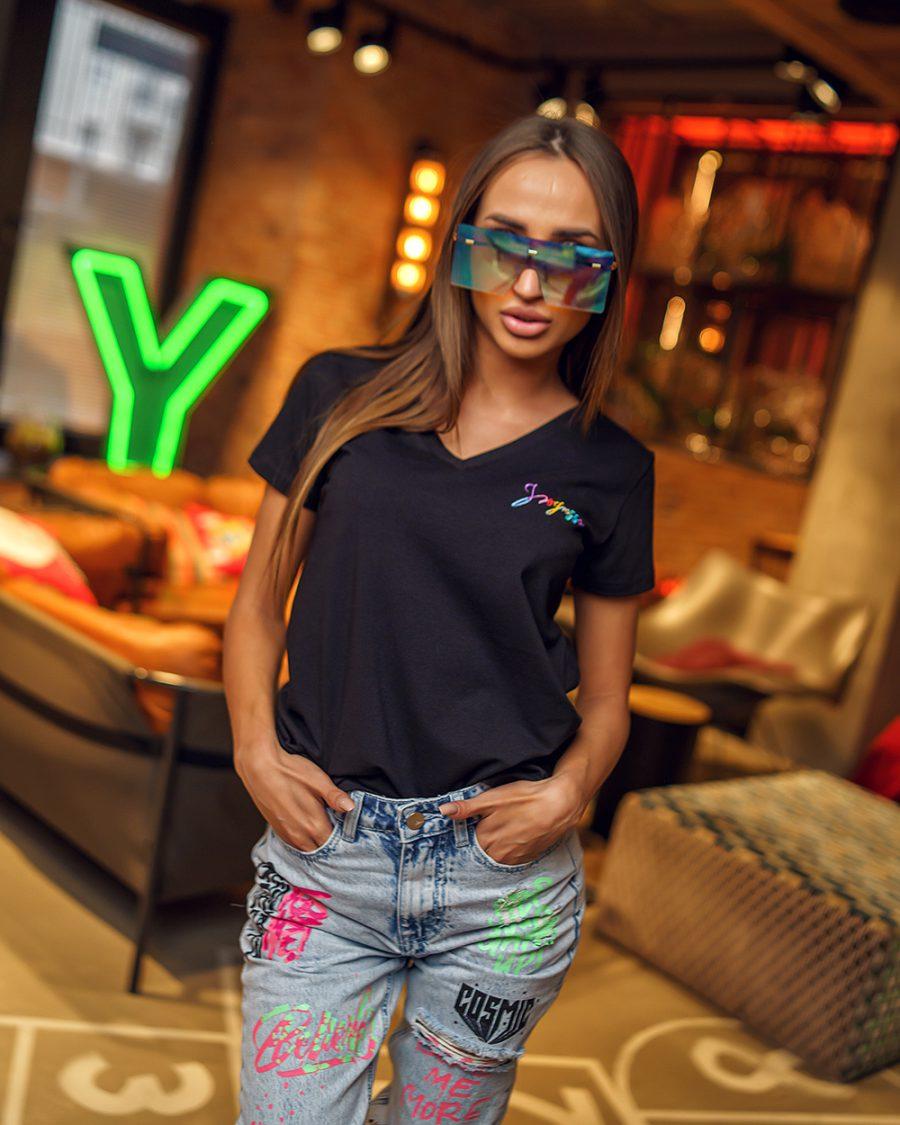 czarny damski t-shirt w malym nadrukiem na piersi dekolt w serek (5)