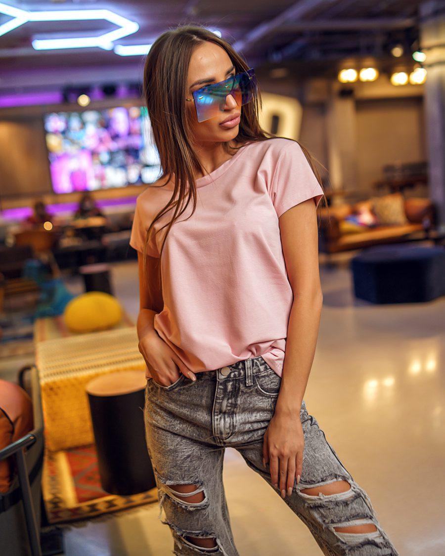 pudrowo rozowy t-shirt damski gladki bez nadrukow dekolt w lodeczke (1)