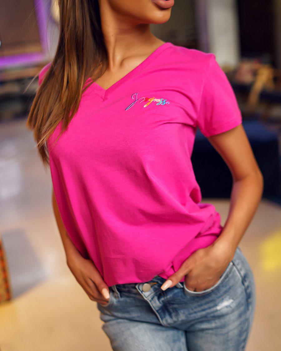 rozowa koszulka damska w serek z malym napisem ingrosso (1)