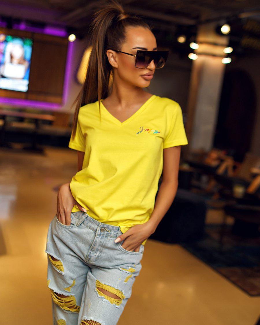 zolta koszulka damska w serek z malym napisem ingrosso (1)