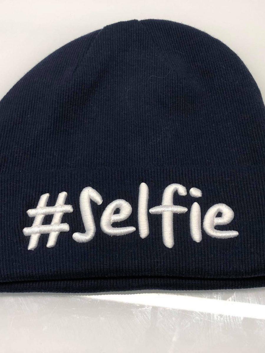 granatowa czapka selfie